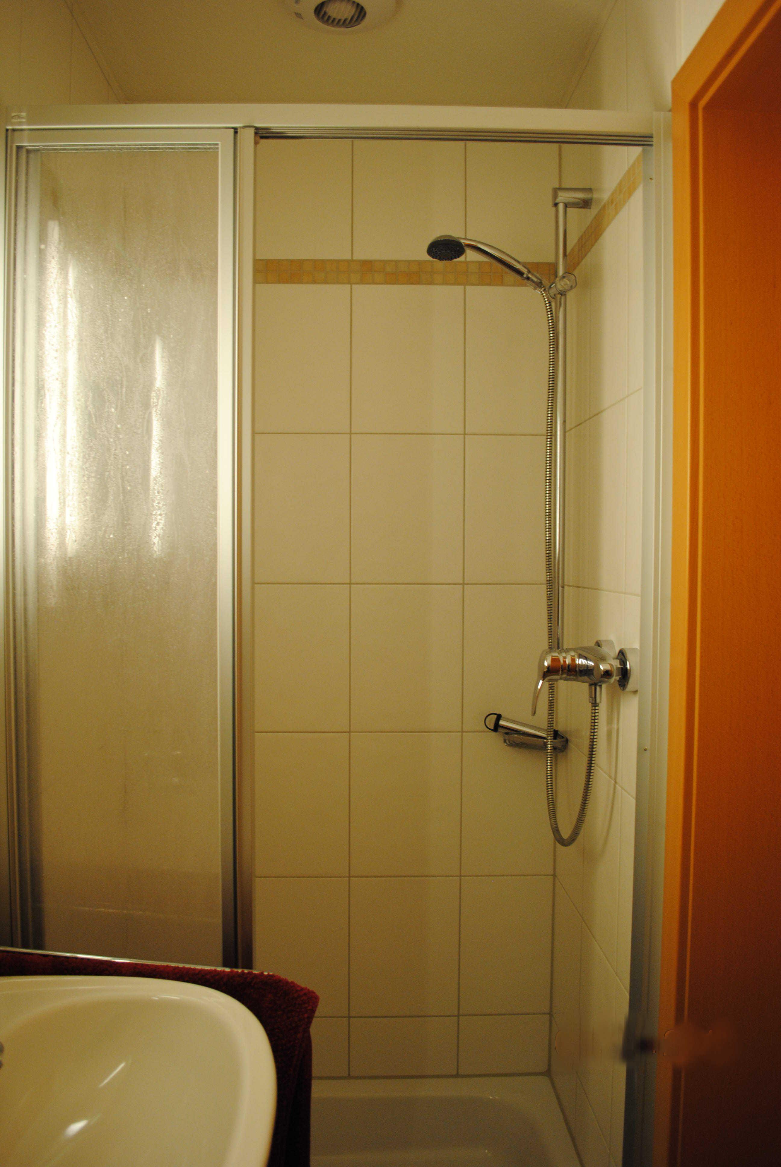Die Dusche im unteren Bad