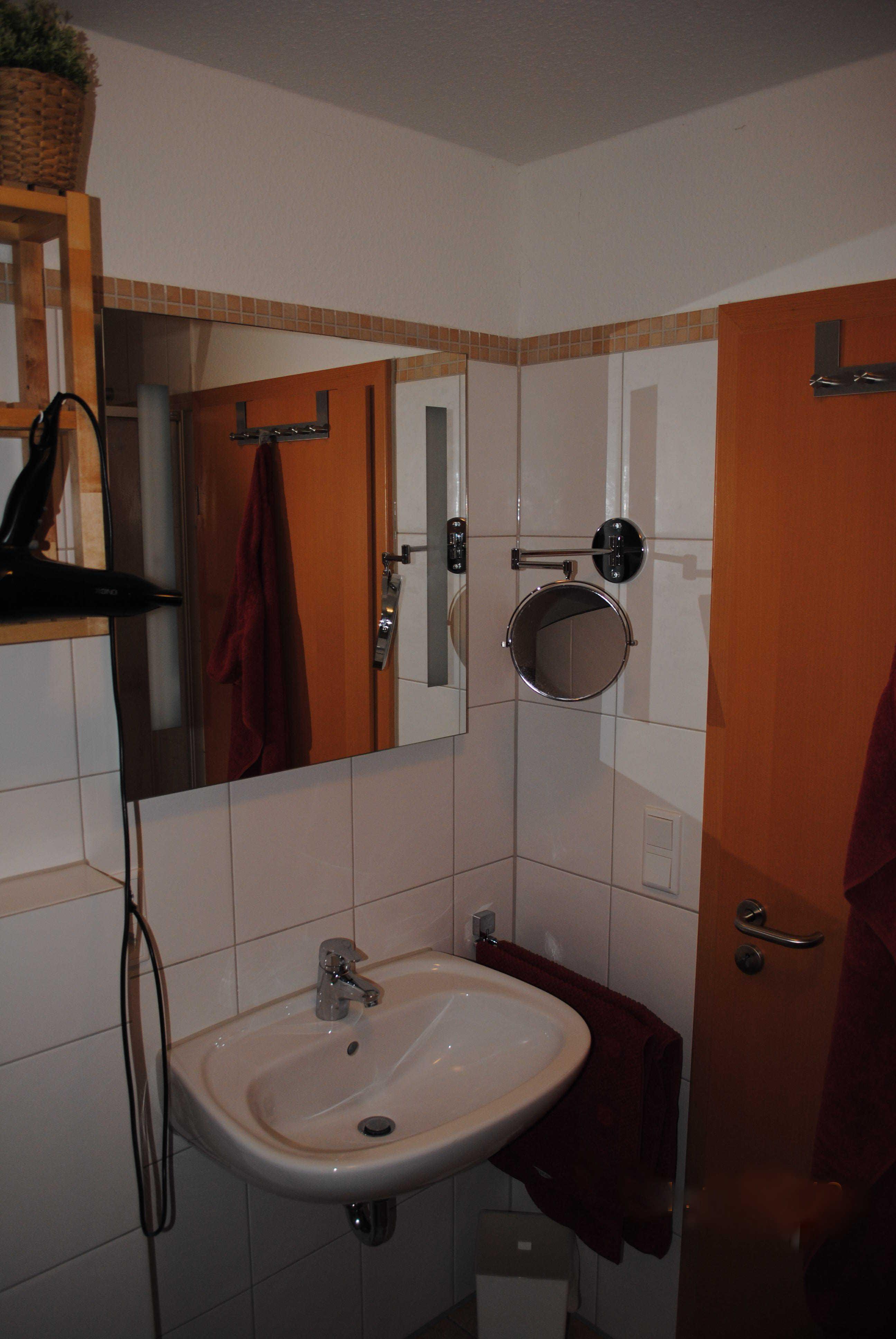 Waschbecken mit Kosmetikspiegel und Fön