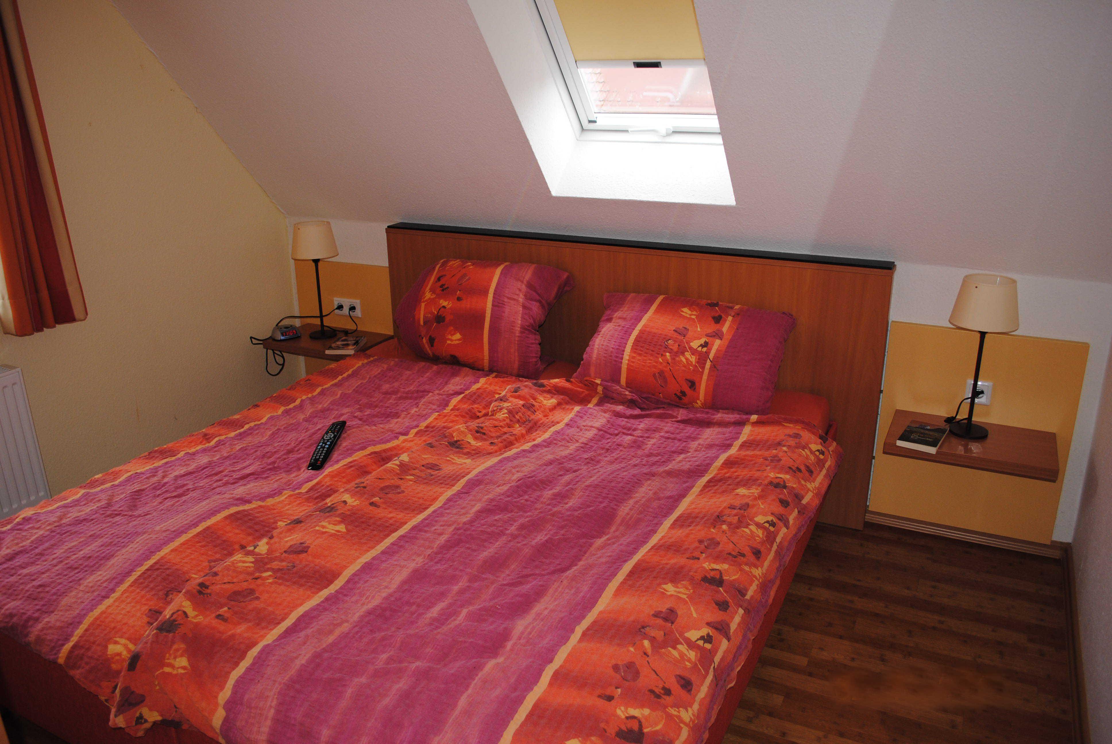 Das Doppelbett im Elternschlafzimmer.