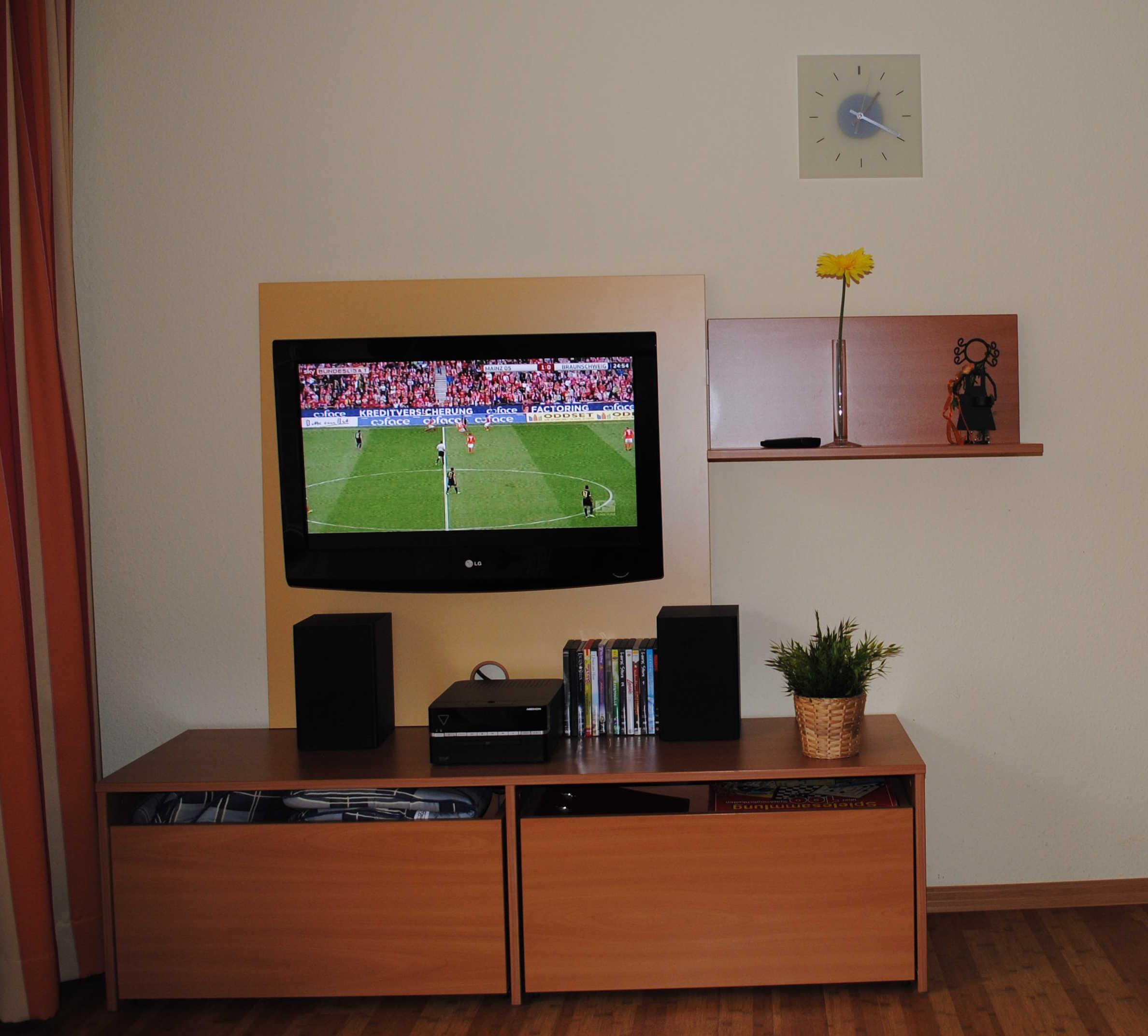 Wir bieten einen Flatscreen mit SKY-Empfang (Film und Bundesliga). Der DVD-Player spielt auch MP3-, USB-Dateien und Radio!