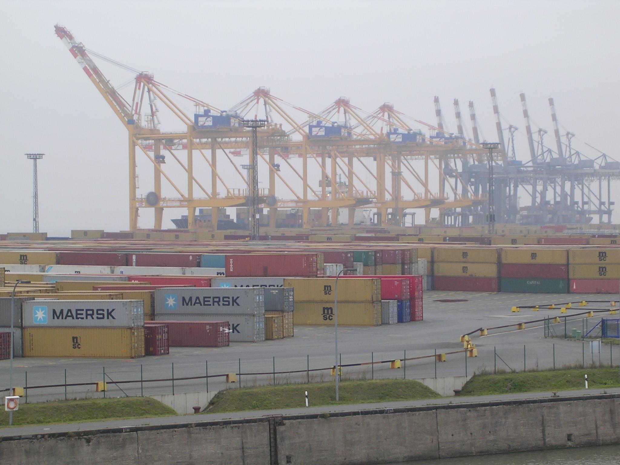 Das Containerterminal von Bremerhaven. Nahe bei werden auch Unmengen von Autos, Landmaschinen und sonstigem interessantem Fuhrpark verladen!