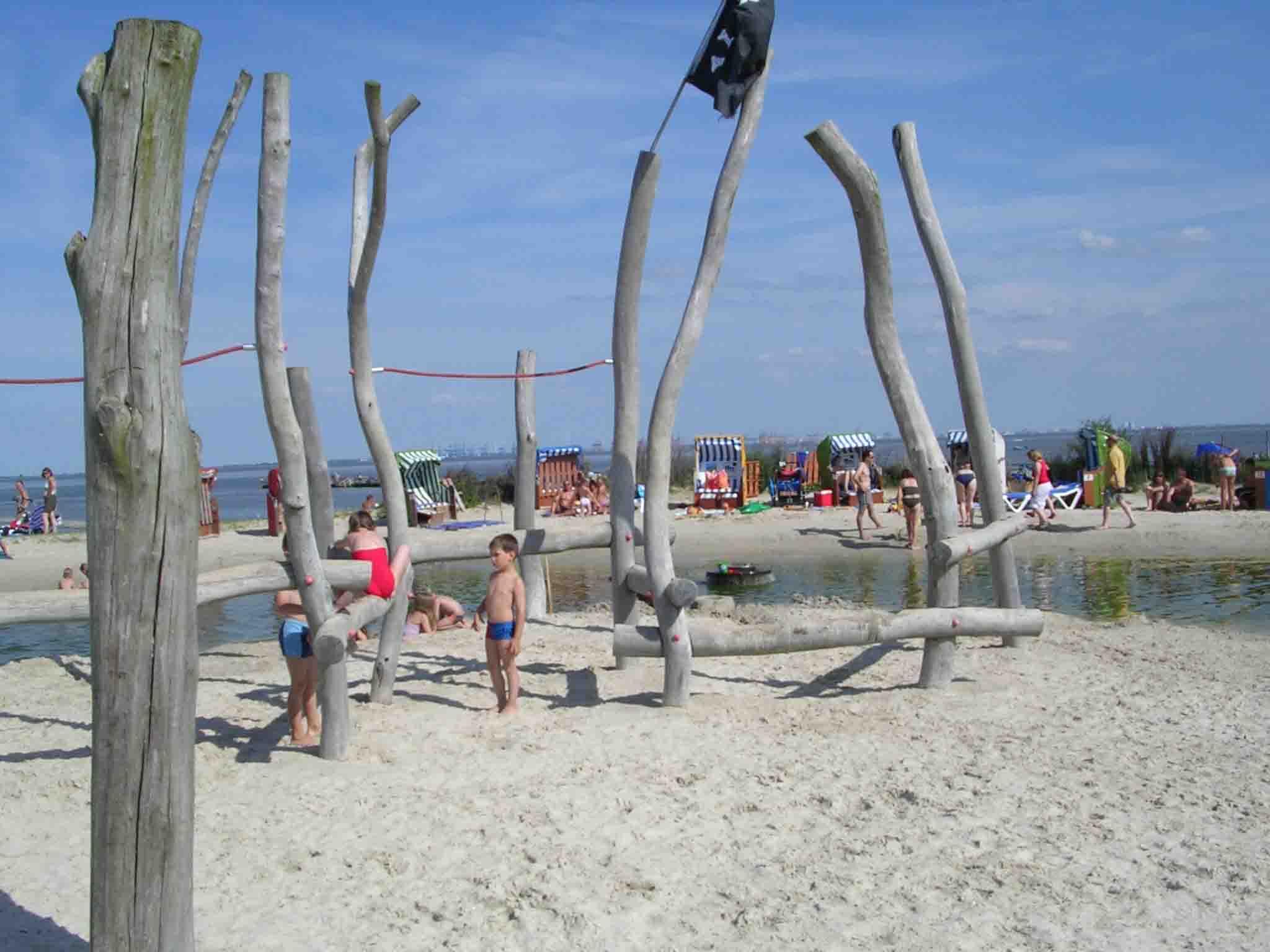 Interessante Spielplätze direkt an seichtem Wasser zum Matschen!