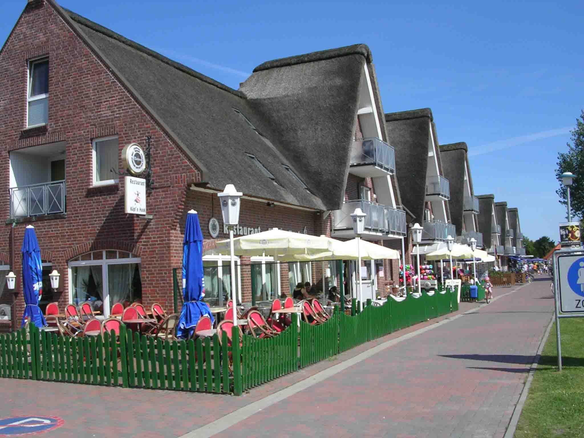 An der Promenade zum Strand gibt es die Reetdachhäuser.